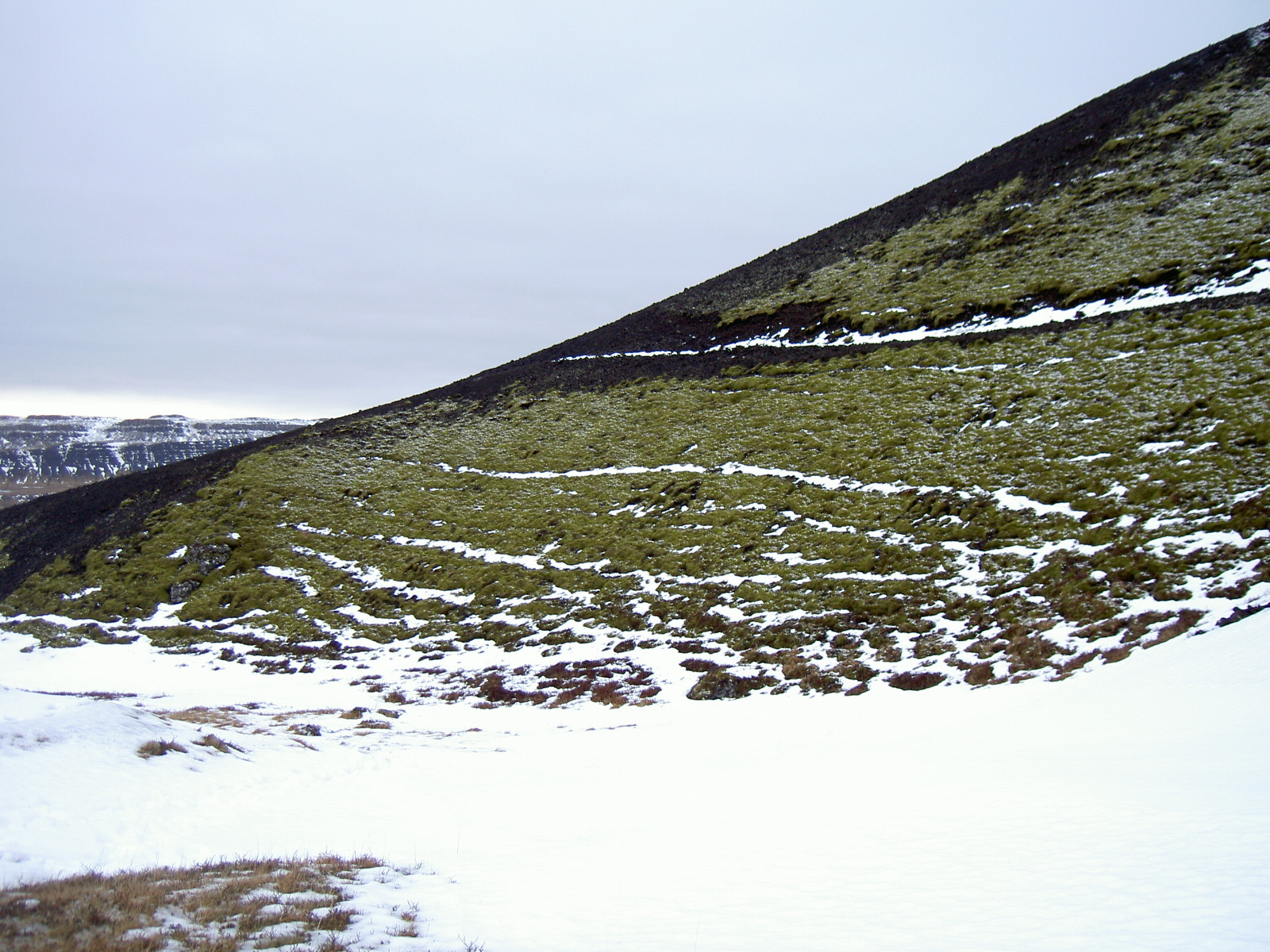 Path towards Grabok crater (purpose of page is to display an image)